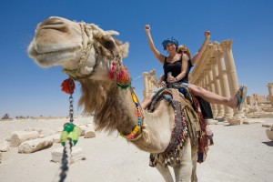 ロシアの女の子-ラクダに乗って-写真-hh_dp6262139